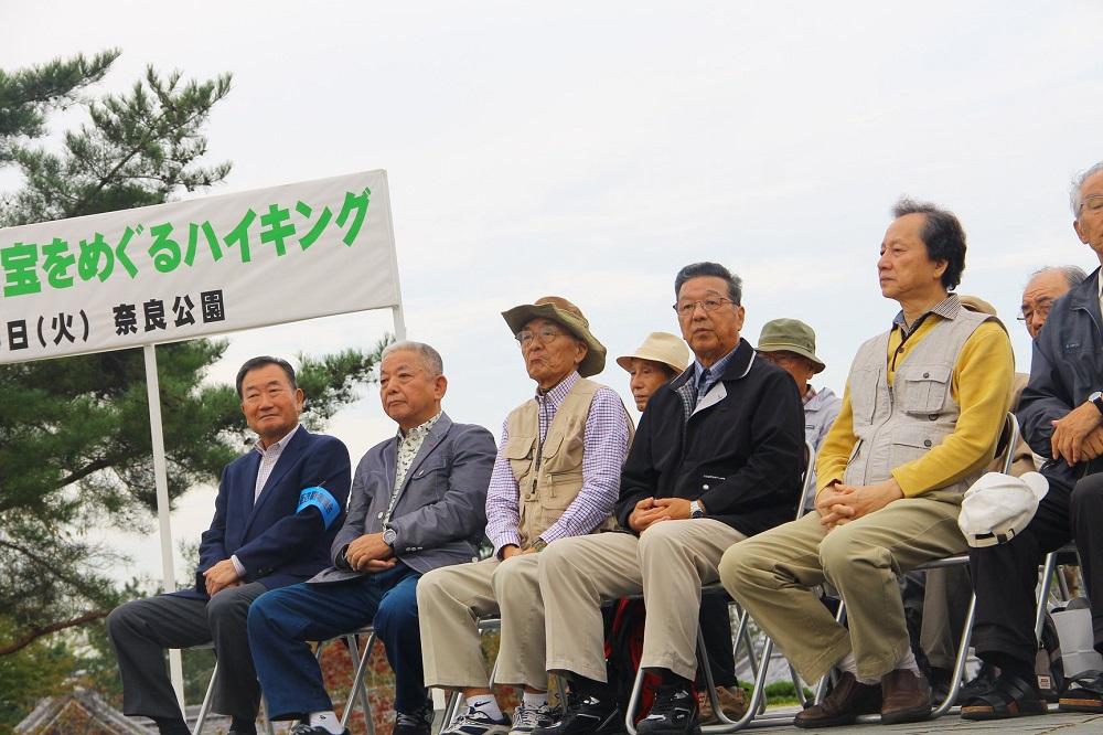 ステージに座る増田勝治滋賀退職者連合会長