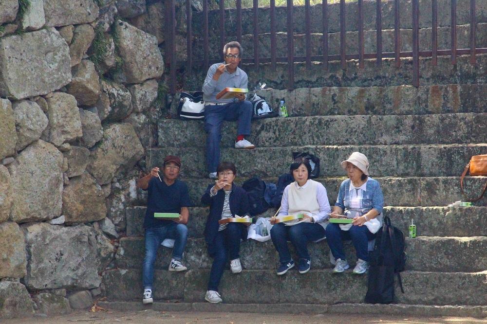 お弁当を食べるハイキングの参加者