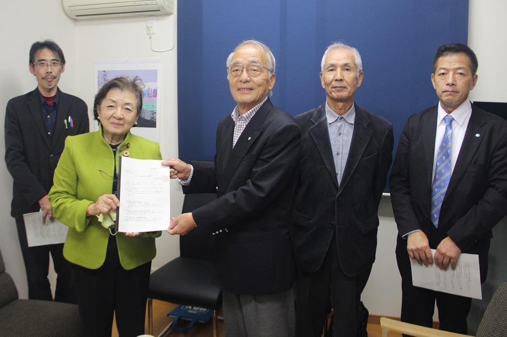嘉田由紀子参議院議員に要請書を渡す滋賀退職者連合増田勝治会長