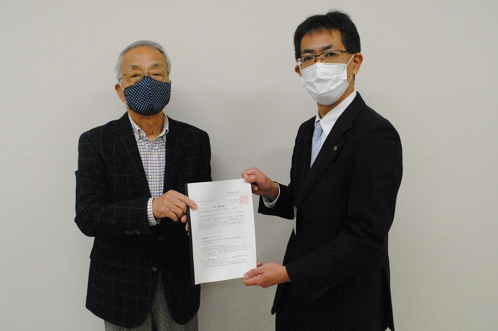 滋賀県に対する政策制度要請書を手交する滋賀対退職者連合の増田勝治会長